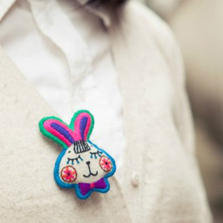 White rabbit and carrot original embroidery cute brooch child fun bunny Mori Sen female literary kawaii