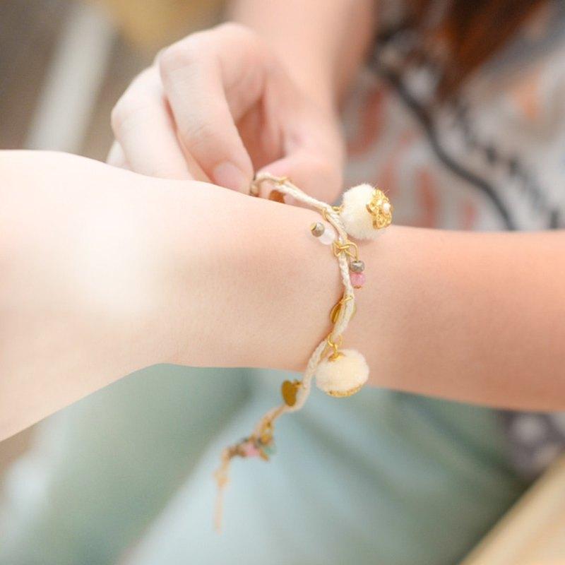來自 Niyome 工藝的超可愛絨球手鍊
