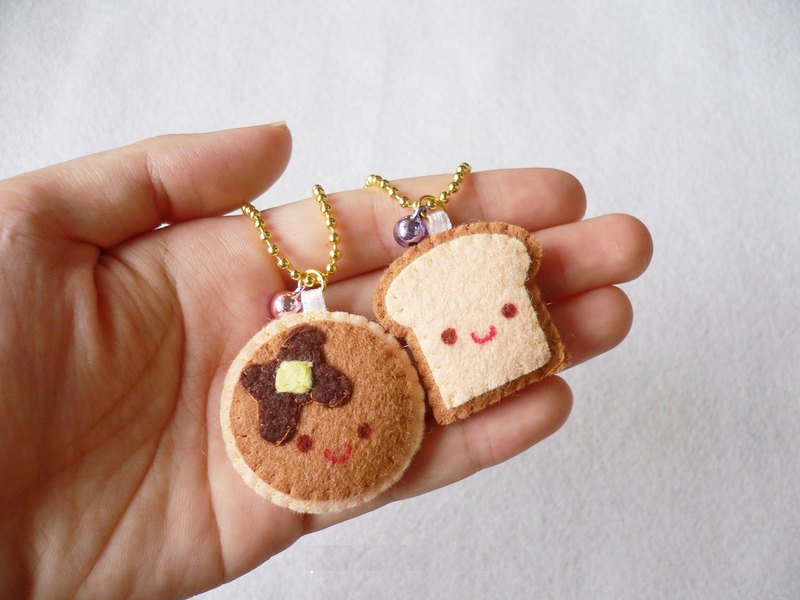 Set of 2 pieces pancake and toast mini keychain.