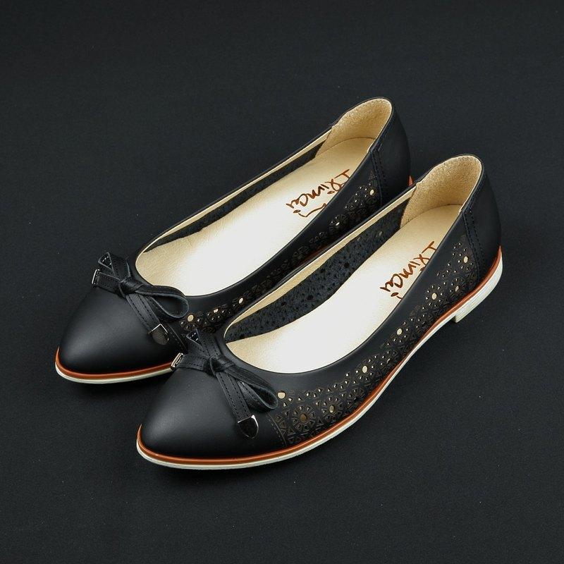 蝴蝶結簍空雕花低跟尖頭鞋-知性黑
