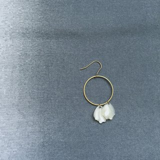petal / round earrings with white shells