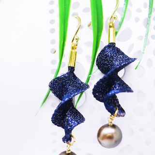 Edith & Jaz • Freshwater Pearl Twist Earrings – Navy Color