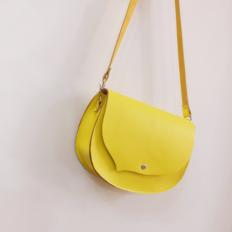 Small bangs to the left, the leather saddle bag can be diagonally backed by Lyme yellow
