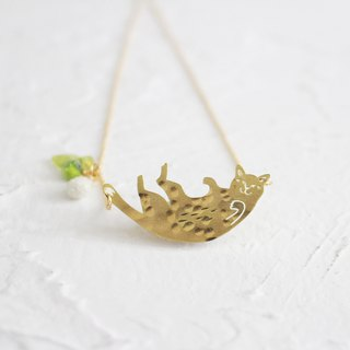 Cat hammered brass golden necklace I Story_Flying Cat
