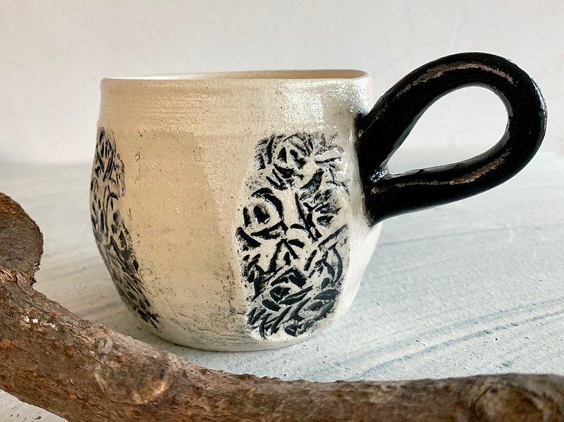 削壁典雅黑白咖啡杯_陶器馬克杯