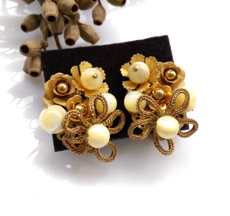 Western antique ornaments. KRAMER Pearl Flower Complex Elegant Clip Earrings