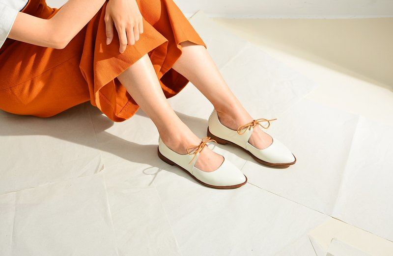 Pointy-toe Flats | white