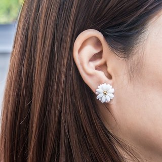 Daisy ~ white porcelain flower earring ~ size S