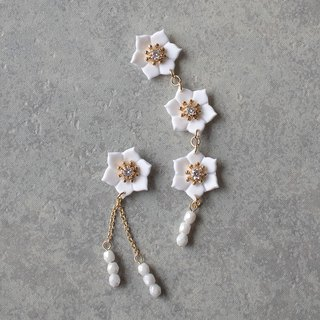 Successive flower earrings / earrings / white