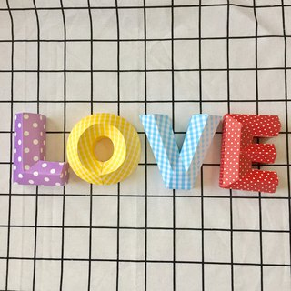 Fun models LOVE three-dimensional word wedding props