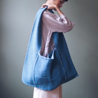 OMAKE Karen hand-woven blue dyed shoulder bag