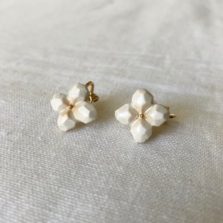 White flower ear clip