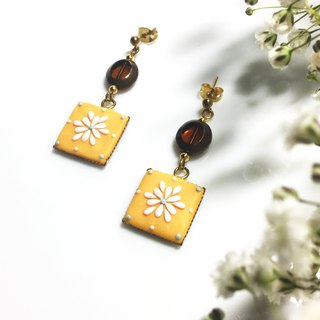 Yellow square small white flower | earrings / ear clips