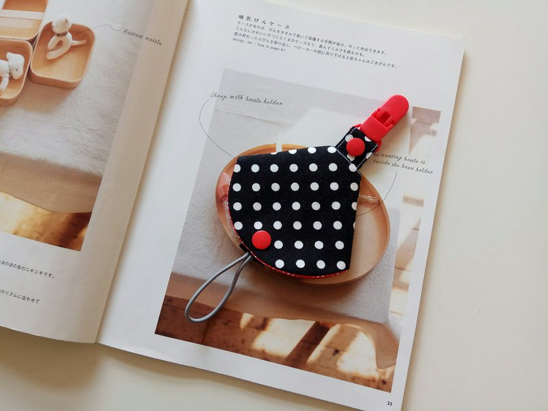 Black background and white dots Miyue gift two-in-one pacifier clip <pacifier dust cover + pacifier clip> dual function