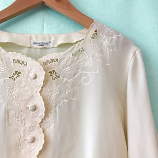 Top / Ivory Long-sleeves Embroidery Top