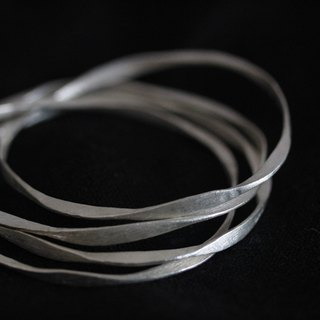 Four hammered interlocked silver bangles (B0013)