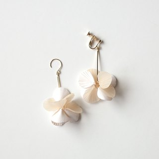 Petal earrings / earrings / white