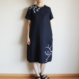 Linen · short-sleeved dress dress Navy <White plum>