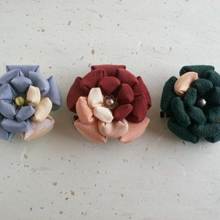 Made with knobwork old cloth W bracket brooch 【Camellia】 You can use everyday ♪