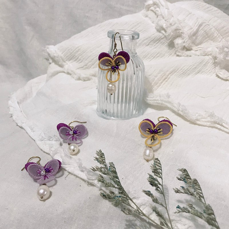 Hand-made embroidery // Three-dimensional pansy earrings // Can be clipped