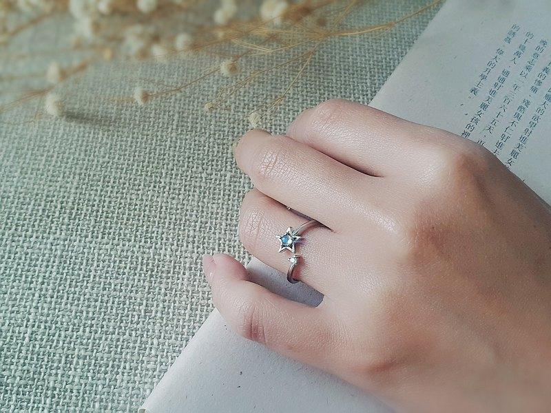 輕珠寶/ 925純銀 AAA玻璃體藍光月光石 星星開口戒指