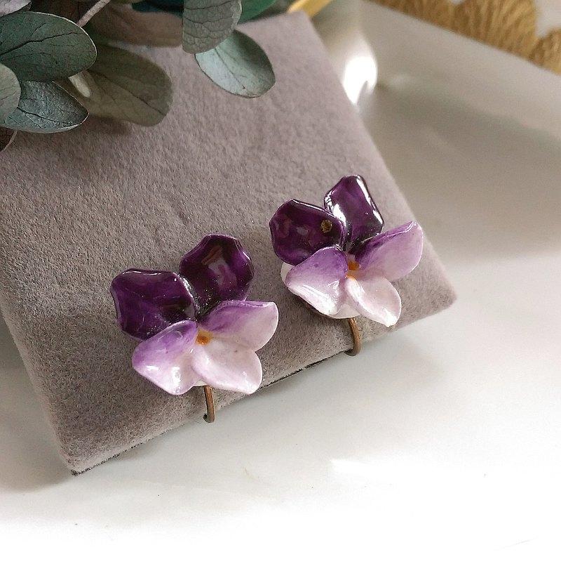 英國製  立體紫色漸層小花 栓式耳環。西洋古董飾品