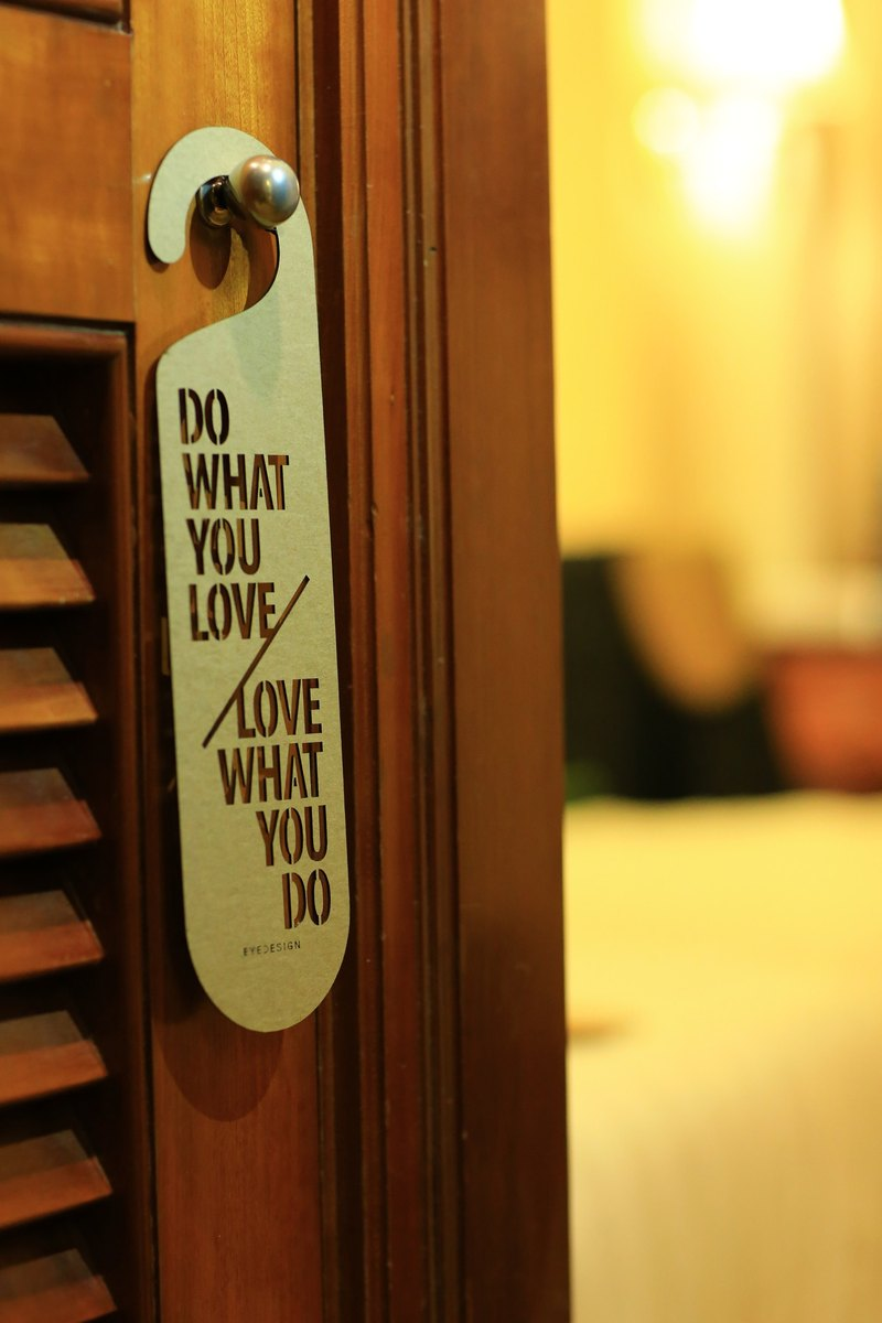 【eyeDesign看見設計】一句話門掛「DO WHAT YOU LOVE LOVE WHAT YOU DO」D04