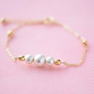 Chain bracelet of cotton pearl and gold Czech beads