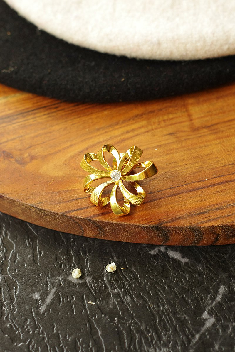 Vintage gold tone flower snowflake brooch pin