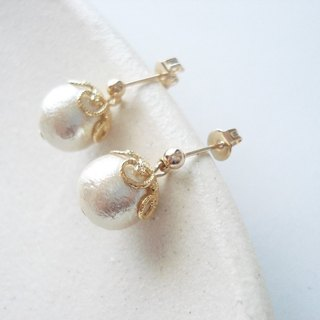Cotton pearl with flower-shaped caps, stud earrings 耳針式