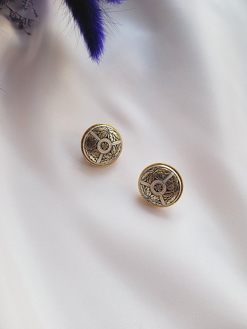 American and Western antique jewelry / Spanish Damascus craft flower pattern clip-on earrings / Damascening
