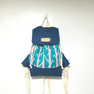 Giraffe hidden in the details of the blue backpack / gift free printed name leather superscript