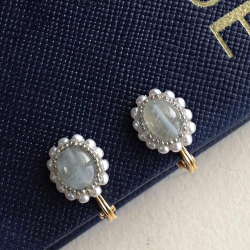 Oval ear clip of aquamarine and vintage pearl (ear hatch / nip type) [ii-477]