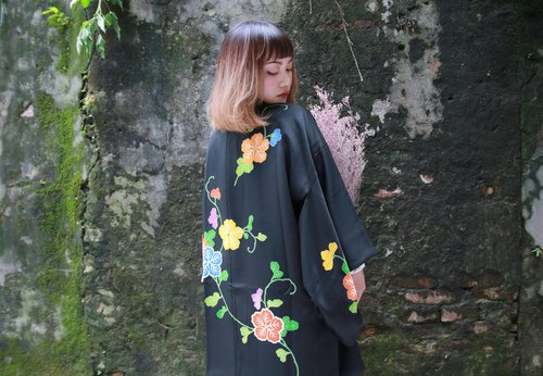 Back to Green :: Japan to bring back kimono feathers cuddle graffiti flowers / both men and women can wear / / vintage kimono (KI-62)