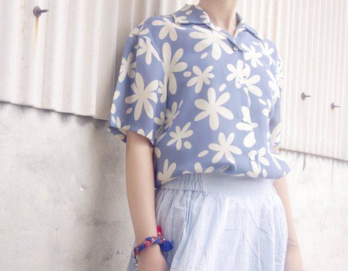 4.5studio- vintage treasure hunt - Summer Flowers and water in a blue shirt