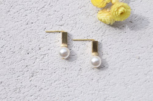 Brass pearl earrings (1046)