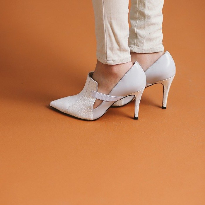 Bandage splicing slash fine with pointed ankle boots white