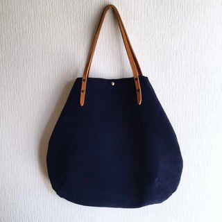 Round tote bag of cattle floor velor and extreme thickness oil nude [navy]