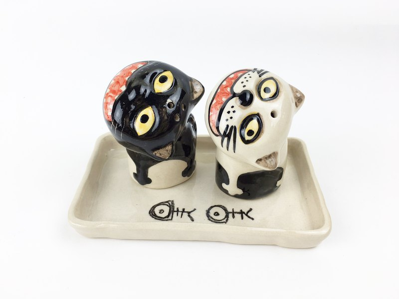 Nice Little Clay handmade salt and pepper pot group _ black and white cat 112529