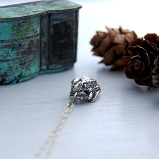 Frog (silver necklace)