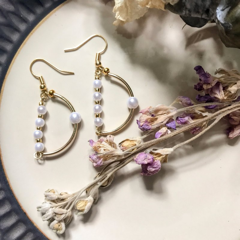 [Da Da Daily] White pearl and gold earrings