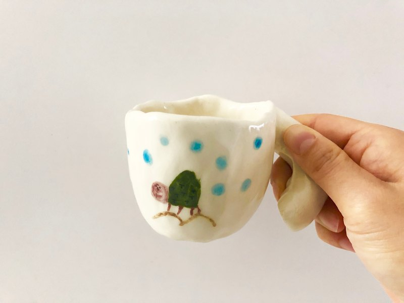 Turtle climbing - pinching pottery cup illustration