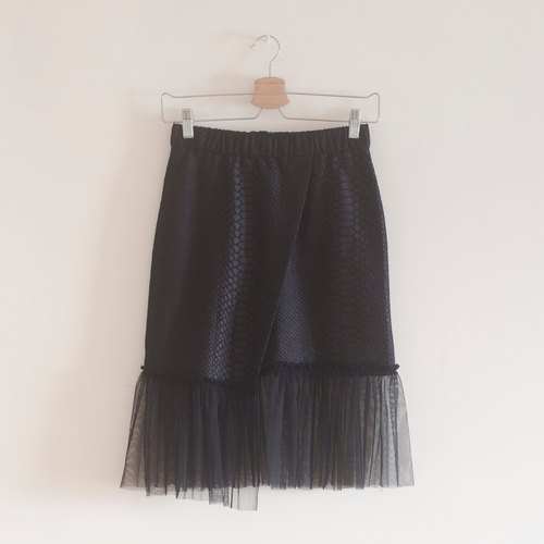 Old clothes transformation: black imitation leather yarn half skirt