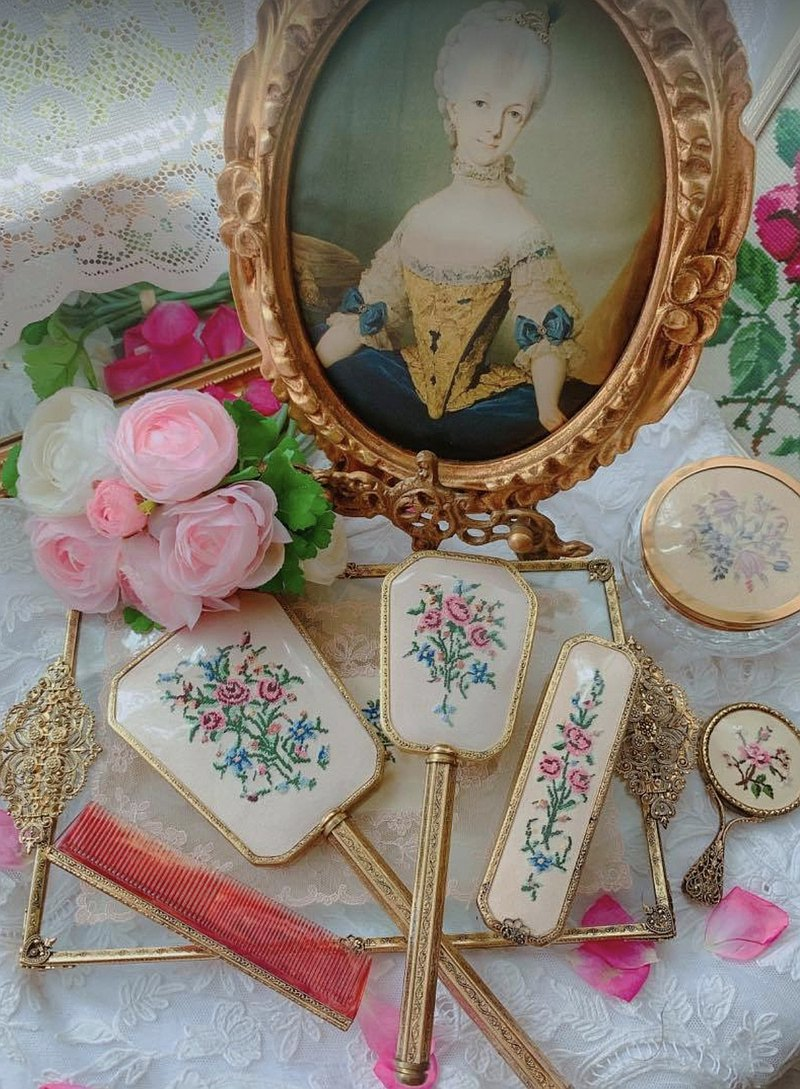 British-made antique jewelry 1950 hand-embroidered hand mirror makeup mirror antique mirror