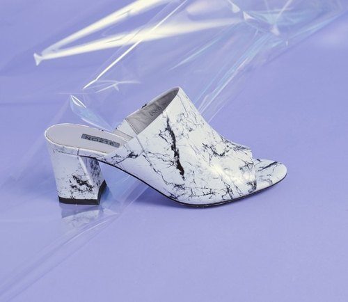 Smooth surface Marble exposed toe dragged with thick leather sandals white