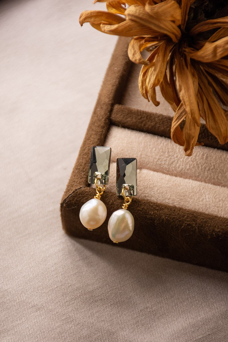 Swarovski Crystal x Natural Pearl Simple Earrings