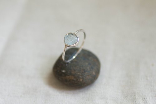Dewdrop no.1 | Aquamarine gemstone & silver ring