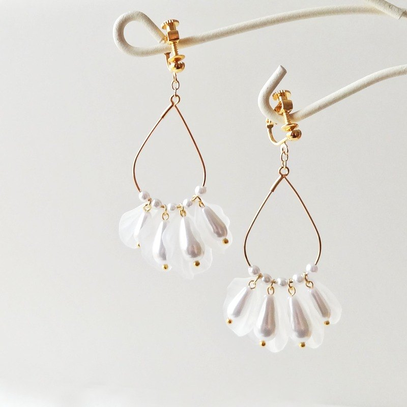 white petal Earrings