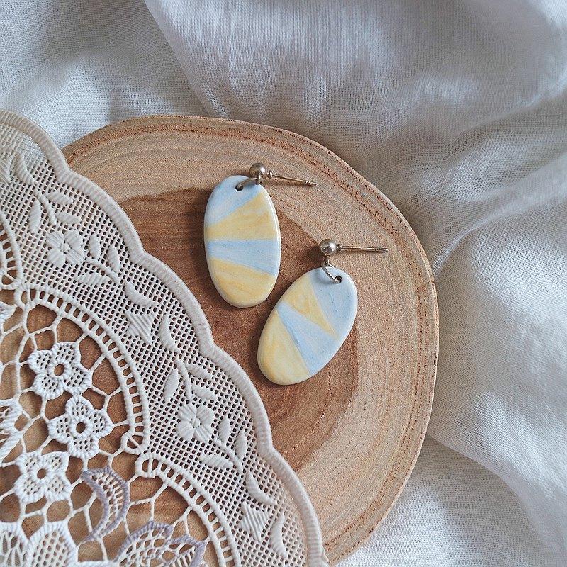 藍色和黃色耳環