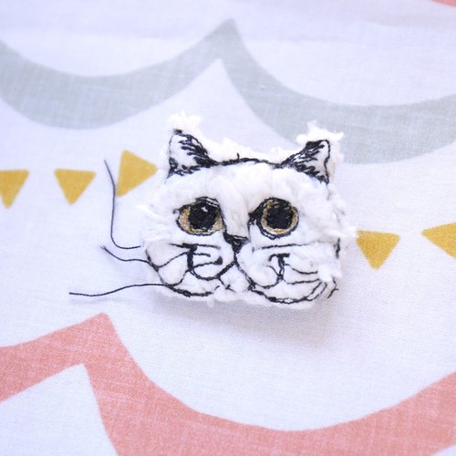 Plush cloth embroidered white cat brooch